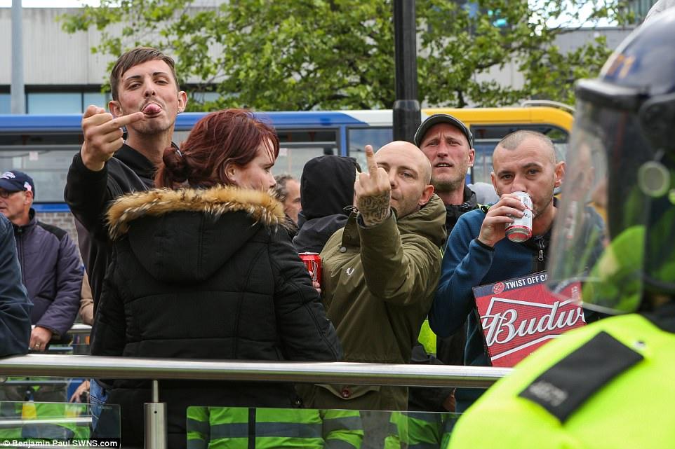 Algunos de los manifestantes EDL que permanecieron en los jardines de Piccadilly