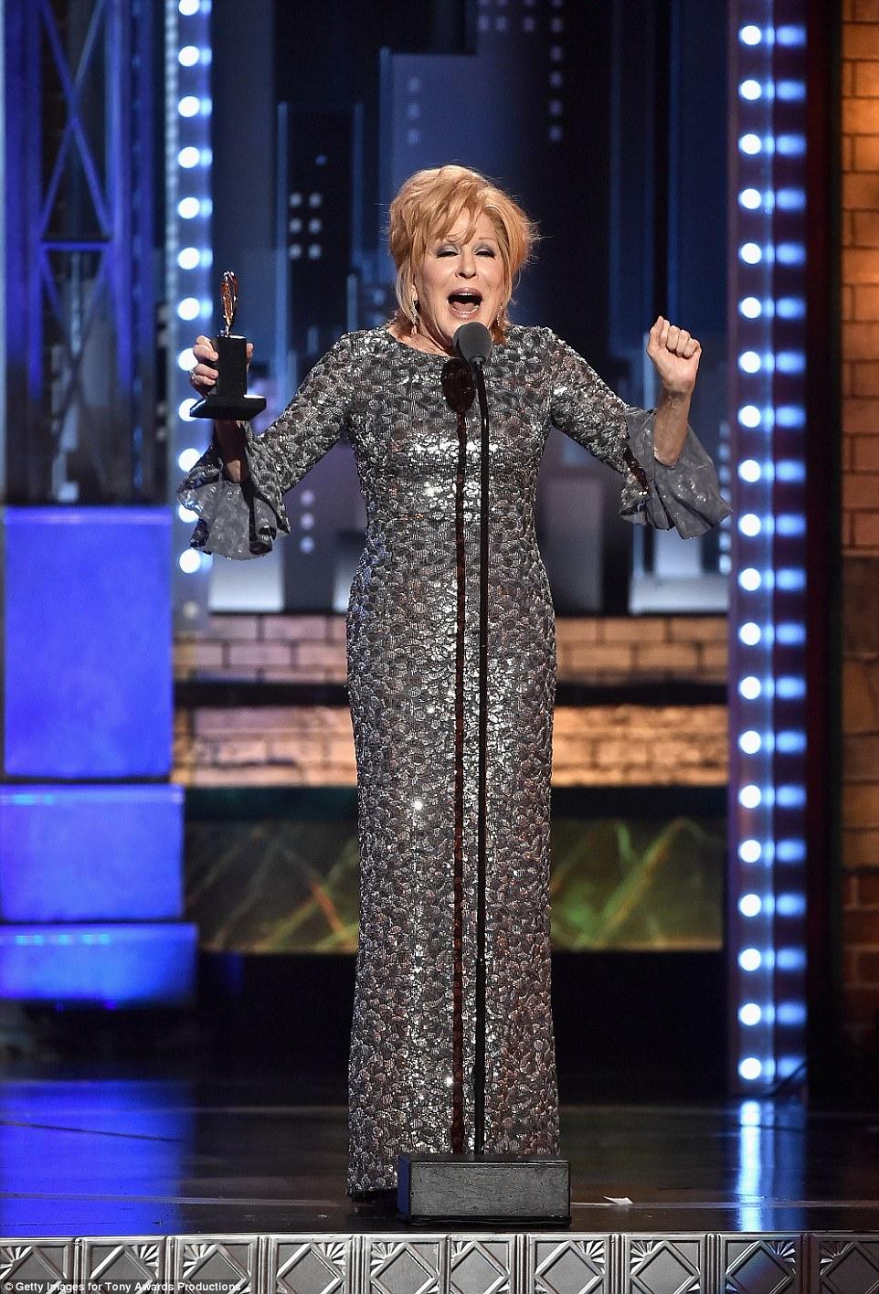 Triumph: Bette Midler, que ganhou um Tony no domingo por liderar o novo avivamento de Jerry Zaks, Hello, Dolly !, provou o melhor showgirl - a música para jogar ela começou e terminou, e ela se recusou a sair do palco, berrando: Feche essa porcaria!