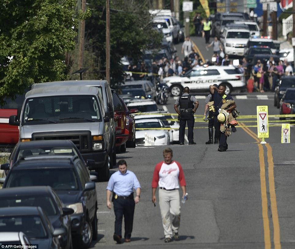 El senador Jeff Flake se representa alejaba de la escena caótica fuera del parque estadio