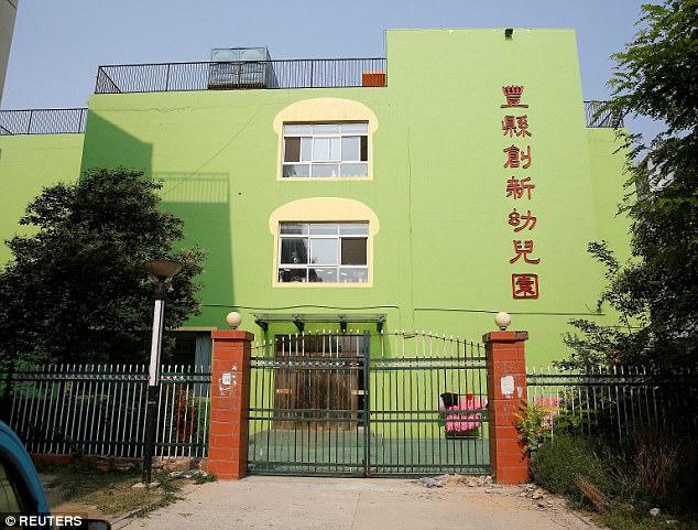 Una puerta se ve en la escena de una explosión en un jardín de infancia en Fengxian