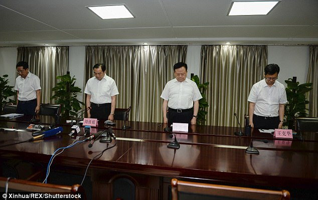 Los funcionarios del gobierno de luto por las víctimas en una conferencia de prensa acerca de la explosión