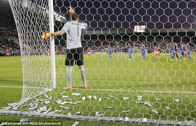 Wads Of Fake Money Were Thrown At Ac Milans Wantaway Goalkeeper Gianluigi Donnarumma