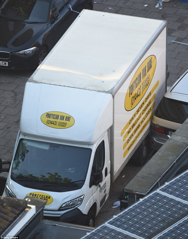 El vehículo en cuestión parece haber sido alquilado a una empresa con sede en Gales, Pontaclun camionetas Alquiler