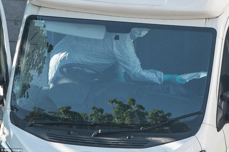 oficiales de policía forenses que examinaron la furgoneta implicada en el ataque: ministro británico del Interior Amber Rudd dijo 'inmediatamente' la policía trataron el incidente como un ataque terrorista sospechoso