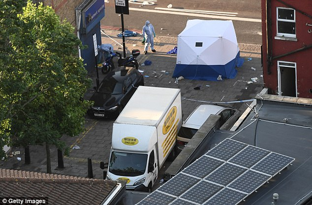 La policía está investigando un ataque terrorista sospechoso después de esto van contratado estrellado contra las personas fuera del Bienestar Casa musulmana en Finsbury Park, al norte de Londres, en lo que ha sido descrito como un 'ataque terrorista deliberado y horrible a personas inocentes'