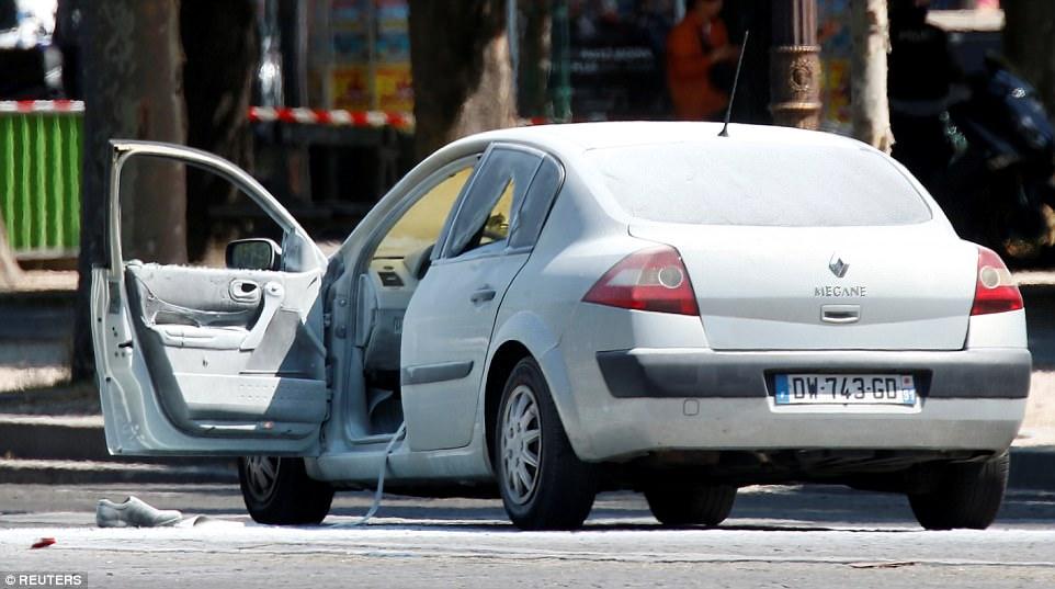 Un testigo en la capital dijo que escuchó los disparos realizados y el humo procedente de uno de los vehículos, se cree que este Renault Megane