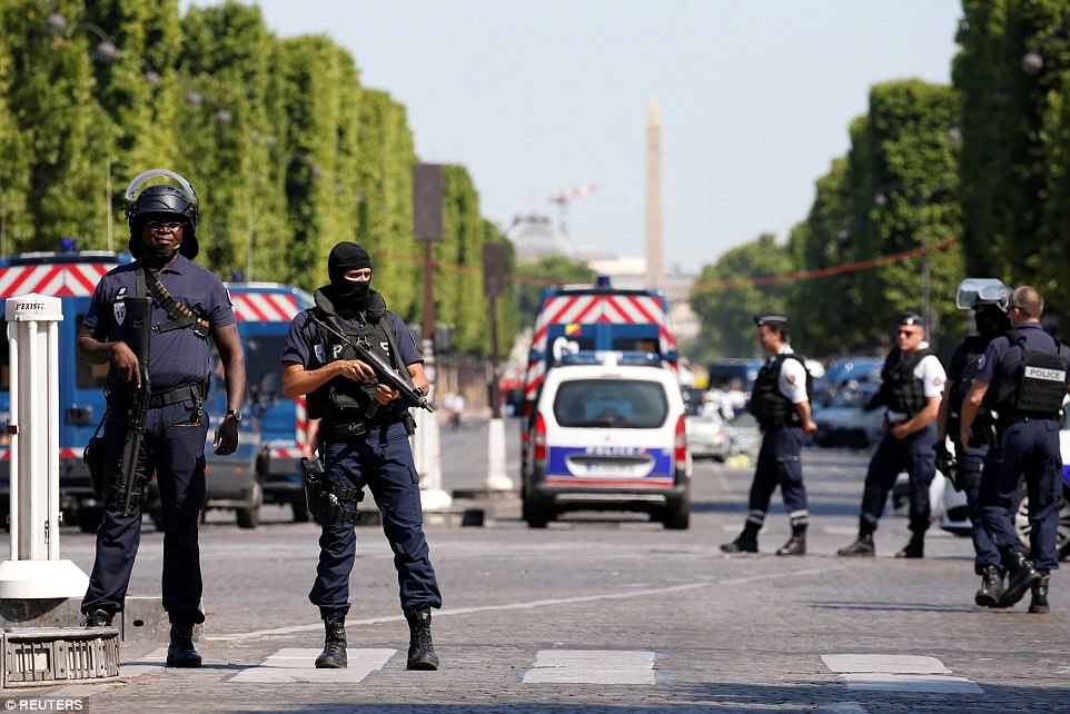 policías franceses aseguran la zona en la avenida de los Champs Elysées después de un incidente en París