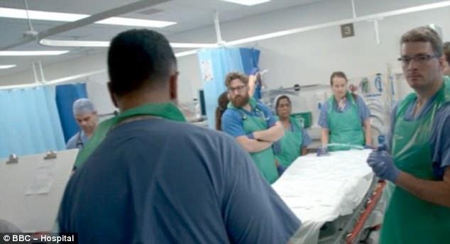 El personal del hospital, uno de los principales centros de trauma '' de Londres, se ve poner rápidamente un plan de incidente importante en su lugar mientras se preparan para recibir las primeras bajas