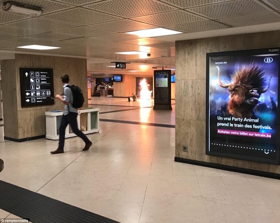 Esta foto pretende mostrar una explosión en la estación central de Bruselas, donde militares presuntamente haber disparado a un sospechoso que llevaba un cinturón de explosivos