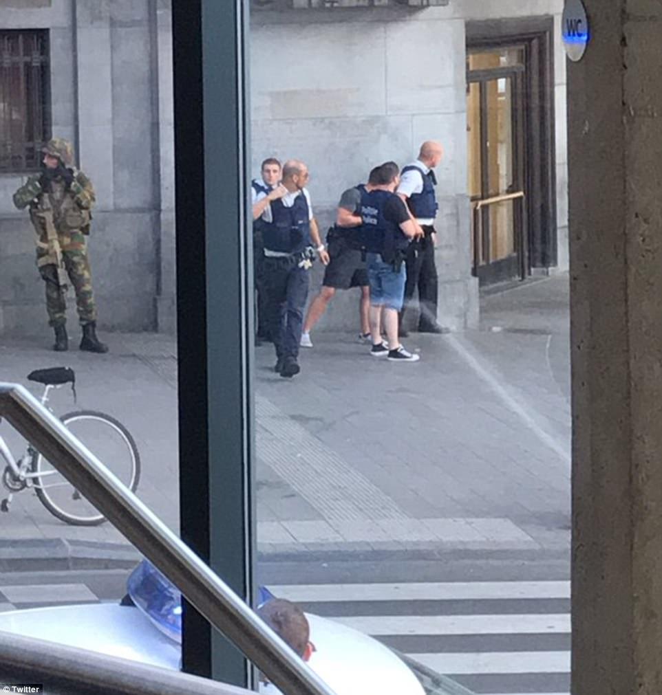 Los bomberos y policías fueron fotografiados en la escena después se escucharon ruidos 'explosión similar a'