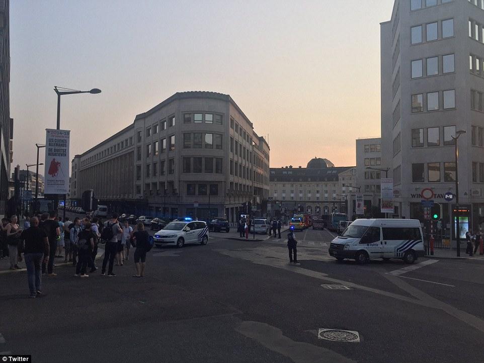 Commuters fueron fotografiados amontonaban fuera de la estación después de que se evacuó