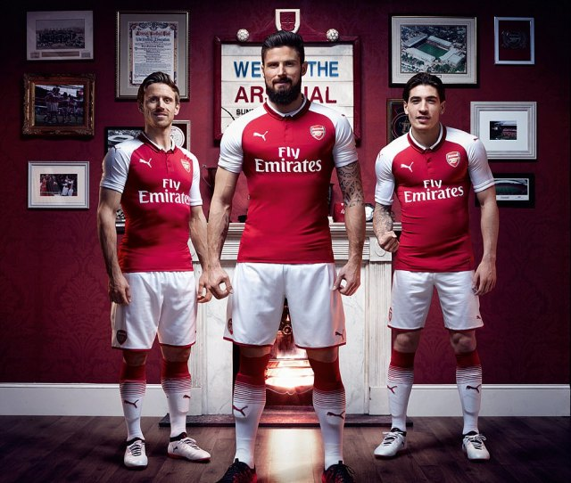 Giroud Nacho Monreal Left And Hector Bellerin Right Show Off Arsenals