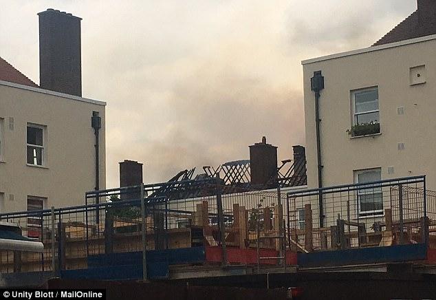 El humo todavía se podía ver el aumento de la propiedad mucho después de que el fuego había sido puesto out