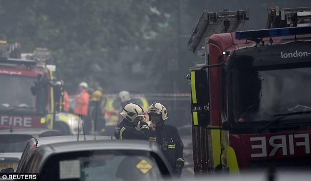 Una nube de humo se mantuvo en el aire después de que el incendio se extinga
