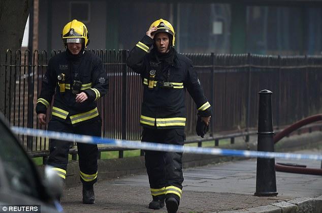Los bomberos fueron fotografiados llegar a la escena en Bethnal Green esta tarde