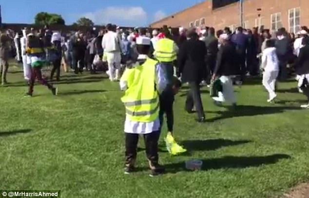 transeúntes ensangrentados huyeron con horror como el coche aceleró alrededor del campo fuera de Westgate Community College antes de que una persona presente heroica saltó y tiró del freno de mano