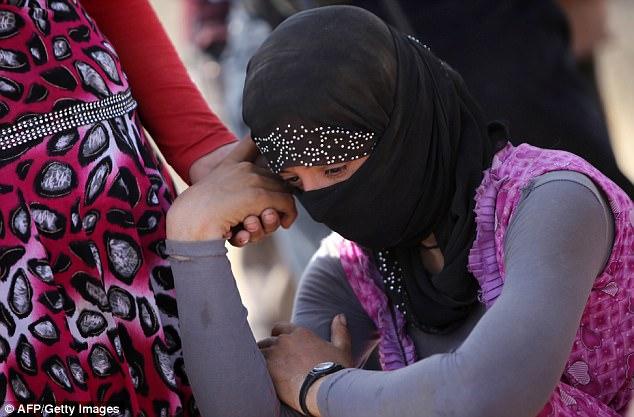 ISIS se refiere a yazidis, que no son ni árabes ni musulmanes, como adoradores del diablo y se han llevado a cabo terribles atrocidades contra la minoría en Irak, masacrando a miles de personas y teniendo las mujeres y los niños como esclavos sexuales (foto archivo)