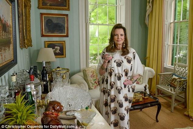 La belle Southern, âgée de 76 ans, a révélé que sa journée commençait à 11 heures avec un petit-déjeuner au lit, servant Butler Michael sur un plateau d'argent. Il lui apporte un gin martini à 17h avec un coup de feu et secoue parfaitement