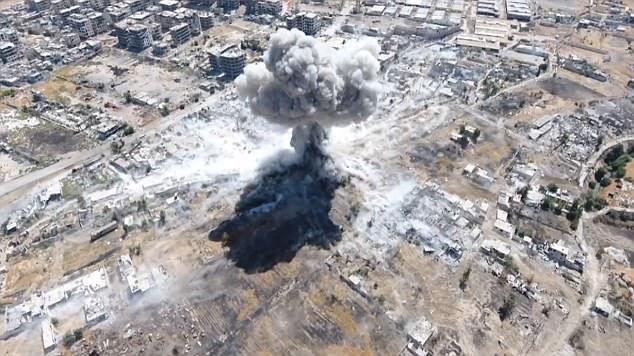 La enorme columna de humo se abre camino hacia el cielo después de los accidentes de misiles en su objetivo