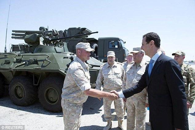 El presidente de Siria Bashar Assad visita una base aérea rusa en Hmeymim, en el oeste de Siria
