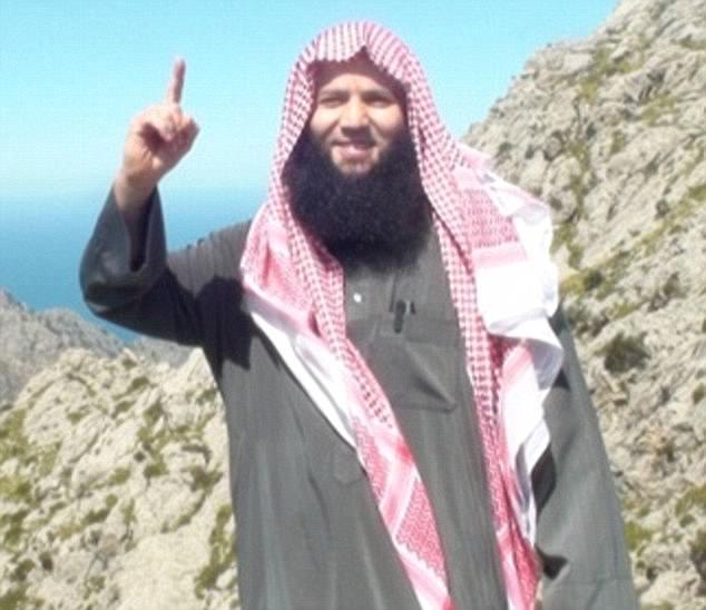 El imán sede en Gran Bretaña acusado de ayudar a reclutar combatientes ISIS ha sido nombrado como Tarik Chadlioui