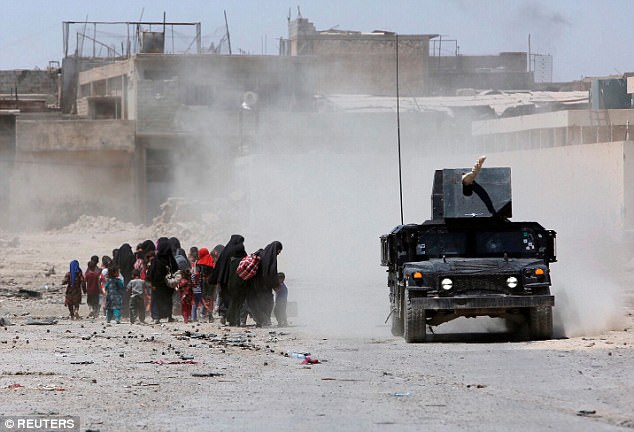 civiles desplazados desde el casco antiguo de Mosul, el último distrito en manos de militantes estado islámico, huyen durante los combates en el oeste de Mosul, Irak el 24 de junio