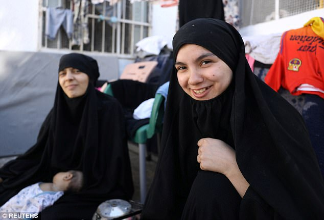 Nour libanés Al-Huda y Túnez Iman Othman, esposas de los ex combatientes estado islámico, se sientan en un campo de desplazados en Ain Issa, al norte de Raqqa, Siria