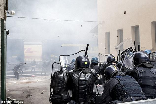 Disturbios choque de policía con manifestantes durante una manifestación contra prevista reintroducción del gobierno austríaco de los controles fronterizos en el paso fronterizo de Brenner a Italia el 7 de mayo, 2016, Brenner, Austria