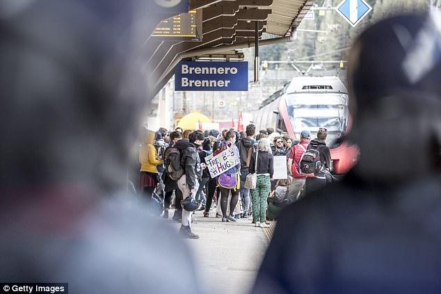 Los manifestantes durante una manifestación contra prevista reintroducción del gobierno austríaco de los controles fronterizos en el paso fronterizo de Brenner a Italia el 7 de mayo, 2016, Brenner, Austria
