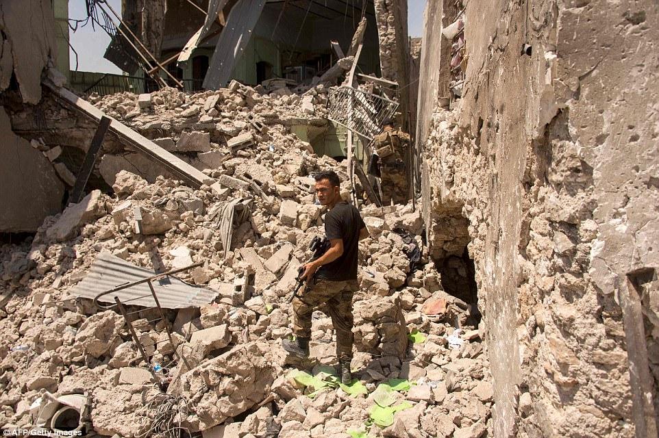Se cree que sólo unos pocos cientos de militantes permanecen en un área confinada con vistas al río Tigris, que divide el este y el oeste de la ciudad. En la foto es miembro del Servicio contra el Terror de Irak caminando por escombros en Mosul