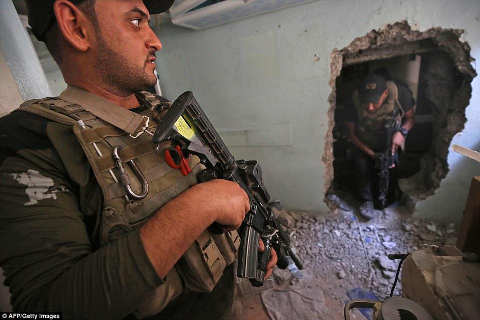 Un miembro de la CTS entró en un edificio durante la ofensiva para retomar la ciudad de IS