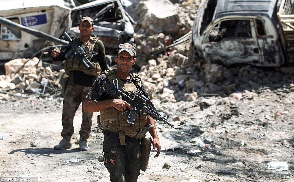 Esta mañana las fuerzas gubernamentales mataron a 35 jihadis ISIS e hirieron a otros seis mientras avanzaban hacia el barrio de la Ciudad Vieja. En la foto se encuentran miembros del Servicio contra el Terrorismo de Irak en patrulla a principios de esta semana
