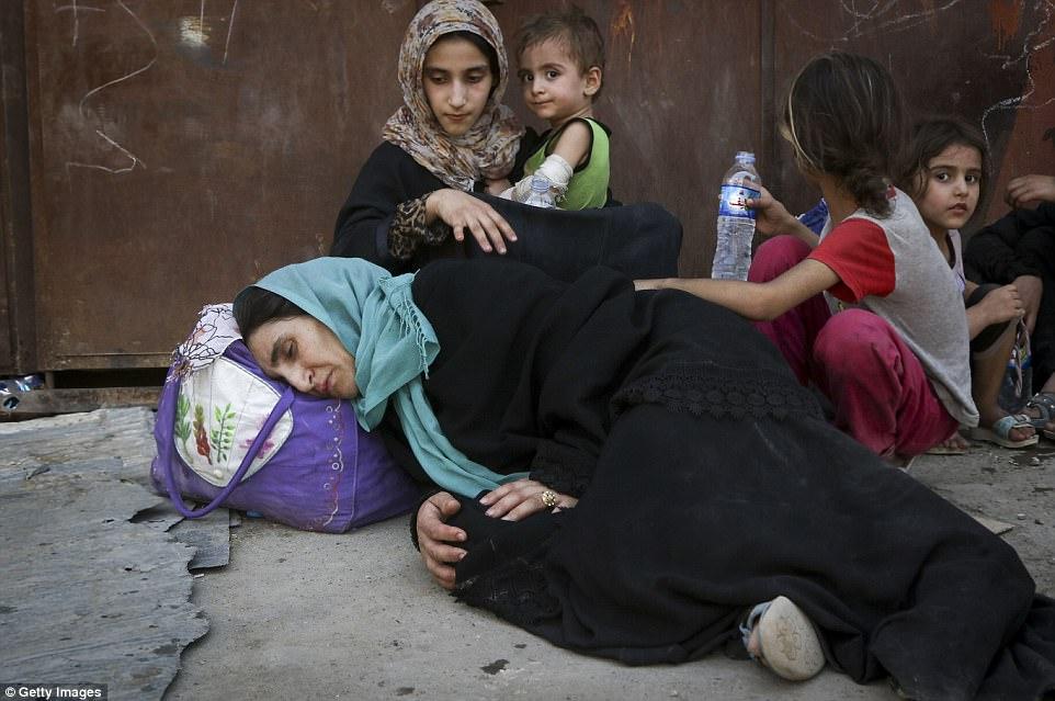 Los civiles exhaustos son retratados después de evacuarse de la Ciudad Vieja de Mosul a principios de esta semana