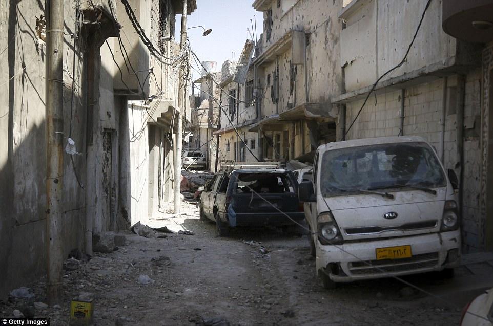 Gran parte de la ciudad vieja de Mosul ha quedado arruinada por el conflicto con edificios reducidos a escombros y vehículos destruidos