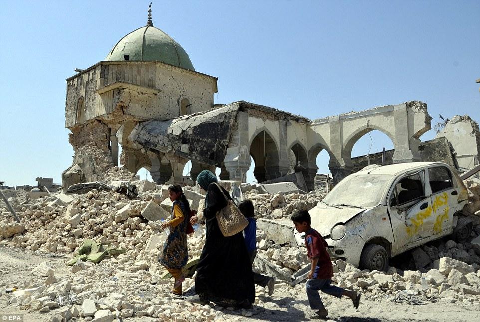 Los senderos que entran y salen de la Ciudad Vieja serpentean por las casas, a través de los tejados, junto a los cráteres de los ataques aéreos y hasta los sótanos