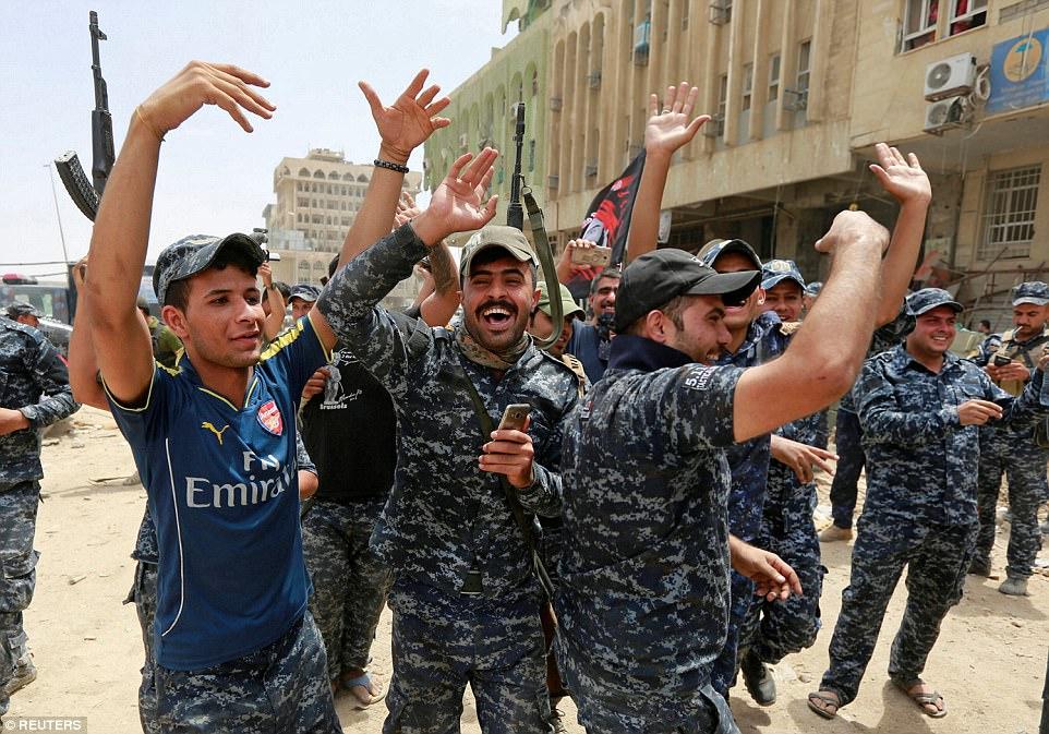 Los oficiales de policía estuvieron encantados al marcar el final del reinado de terror de ISIS en Mosul, pero aún quedan preguntas sobre lo que ocurrirá a continuación