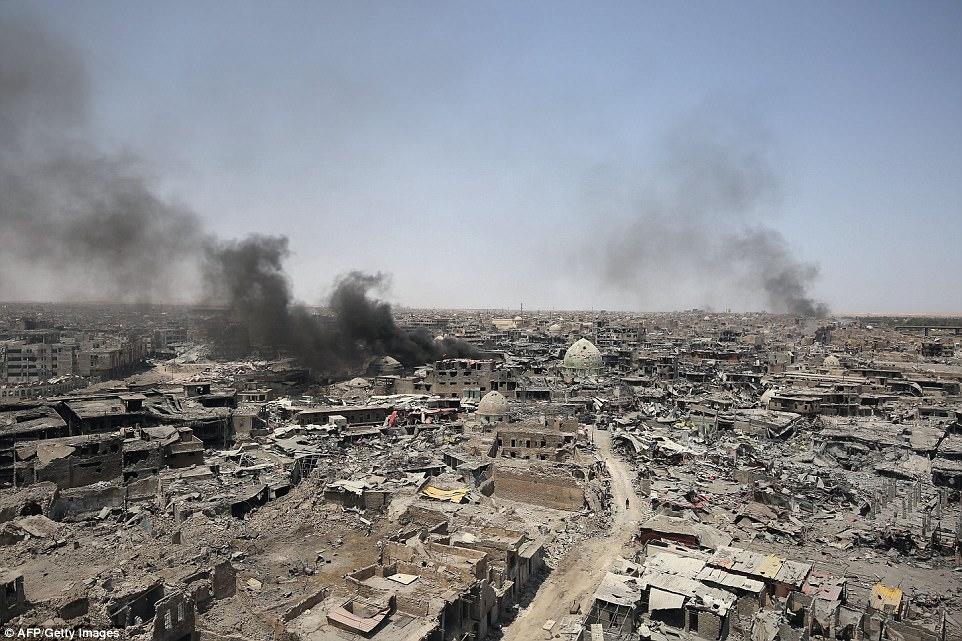 Los jihadistas han sido acorralados en su antigua fortaleza iraquí y están siendo golpeados por los continuos ataques aéreos