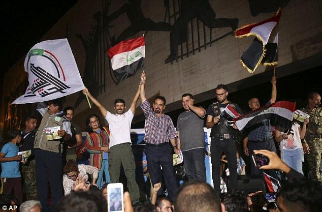 La gente celebra la victoria sobre el grupo terrorista en la Plaza de Tharir, Bagdad