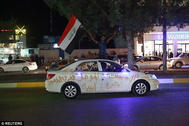 Los soldados no eran los únicos que celebraban la caída de ISIS mientras que los civiles en la ciudad de Kerala también llevaron a las calles las banderas que animaban y que agitan