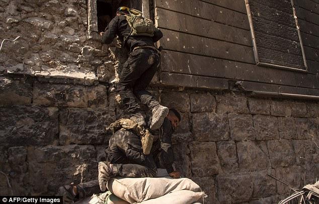 Las fuerzas de seguridad iraquíes buscan edificios soplados para los combatientes de ISIS que podrían estar ocultos