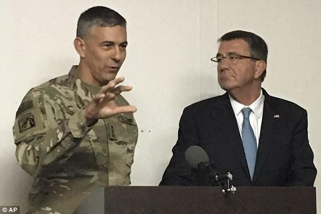 """El teniente general Stephen Townsend (a la izquierda) ha alabado una victoria """"histórica"""" sobre ISIS en Mosul, pero dice que el grupo terrorista se renovará si el gobierno no llega a los musulmanes sunitas"""