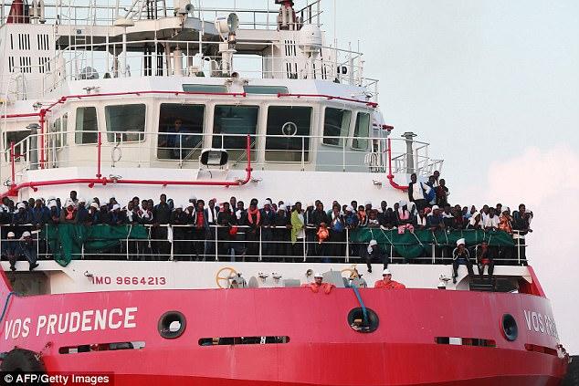 El buque de rescate italiano Vos Prudence, dirigido por Medecins Sans Frontieres (MSF), llega al puerto de Salerno con 935 migrantes, entre ellos 16 niños y 7 mujeres embarazadas el viernes