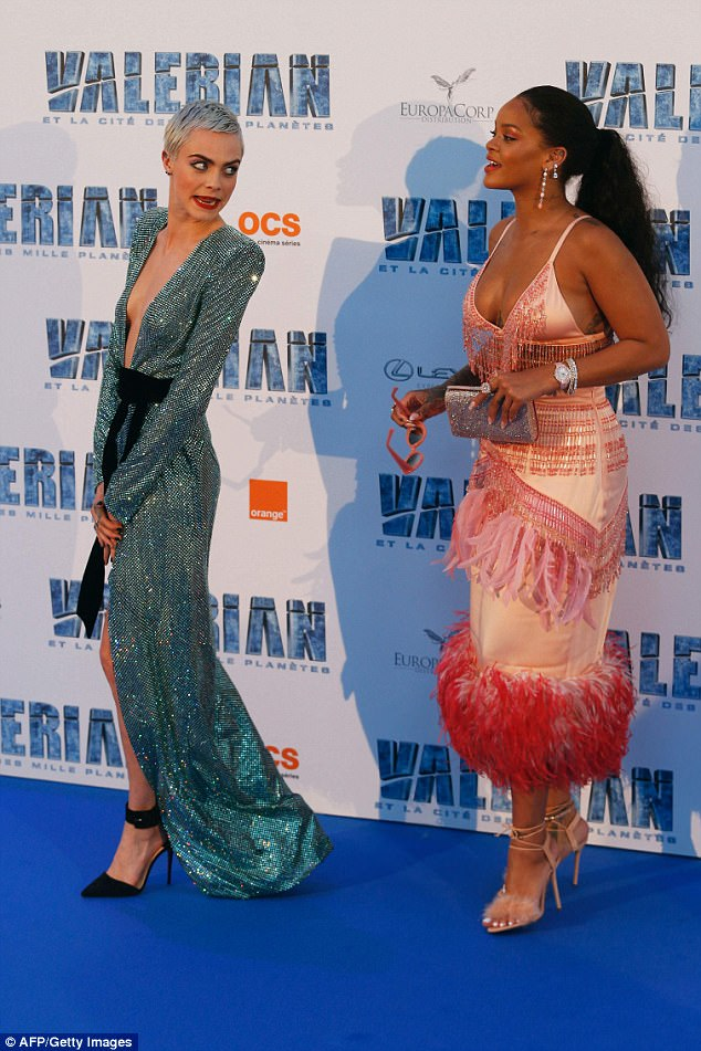 Rihanna shakes her bust on the way to Valerian premiere