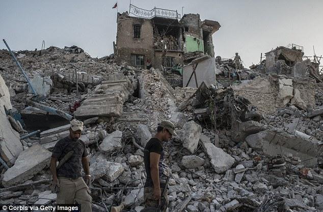 Soldados iraquíes del ejército en el distrito destruido de la ciudad vieja al lado del río de Tigris el 22 de julio de 2017 en Mosul, Iraq.  A pesar de la liberación declarada de Mosul, los contraataques del Estado Islámico y las bajas de las fuerzas iraquíes continúan