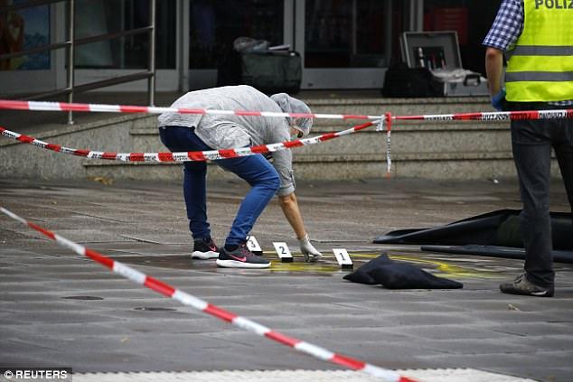 Investigadores policiales trabajan en la escena del crimen tras un ataque de cuchillo en un supermercado en Hamburgo, Alemania