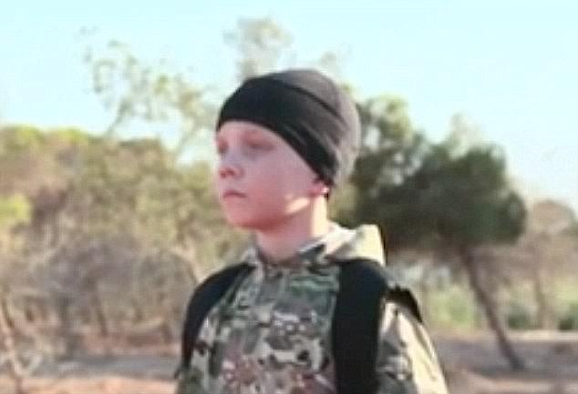Este joven británico fue presentado en el último video de propaganda de ISIS que se cree fue filmado en Raqqa, en el que se mostró que cinco niños asesinaron a combatientes kurdos capturados a sangre fría