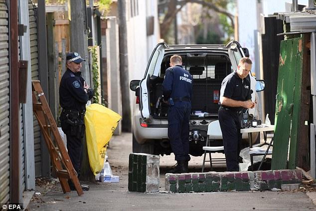 Oficiales de policía son vistos en una escena del crimen en Surry Hills en Sydney después de que cuatro hombres fueron arrestados