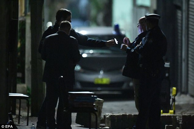 Policía Federal Australiana y policías de Nueva Gales del Sur son vistos durante las incursiones contra el terrorismo
