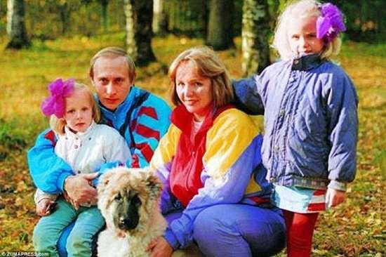 Знак времени: семья позирует для фотографии с семейной собакой, хватка, которая, как полагают, была взята в начале 1990-х годов в какой-то момент незадолго до или после их возвращения в Санкт-Петербург
