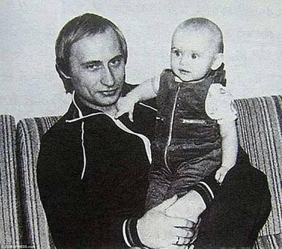 Дорогой папа: Путин видел игру с Марией после того, как семья переехала в Дрезден, в Восточную Германию, для своей тайной публикации в КГБ, где позже родилась их вторая дочь